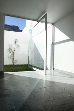 An Alternative to the Sliding Door: 12 Pivot Doors Leading to Patios in interior design architecture Category Detail Architecture, Interior Architecture, Interior And Exterior, Building Architecture, Installation Architecture, Exterior Doors, Interior Design, Modern Interior, Casa Patio