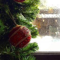"""""""Santa Claus is coming to town...""""  Natale sto arrivando! Finalmente sta per cominciare quel periodo in cui tutto diventa magico e il freddo si colora di luci.  Ieri siamo stati alla Casa Bergamasca di Babbo Natale (ve ne racconteremo presto!!) e oggi facciamo un salto nelle Langhe con gli eventi del Natale. È da ieri mattina che canticchiamo """"Jingle Bells""""!   Link in bio"""