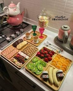 Pin by loli riri on recipes & cooking ideas in 2019 сервировка блюд, пр Breakfast Presentation, Food Presentation, Iftar, Turkish Breakfast, Yummy Food, Tasty, Food Platters, Food Decoration, Food Goals