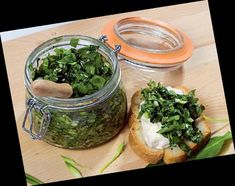 Leurdă la borcan - New Ideas Pesto, Halloumi Burger, Preserving Food, Fresh Rolls, Preserves, Guacamole, Food And Drink, Bacon, Canning