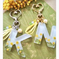 Diy Resin Art, Epoxy Resin Art, Diy Resin Crafts, Diy Resin Keychain, Acrylic Keychains, Diy Resin Crystals, Keychain Design, Resin Jewelry Making, Resin Charms