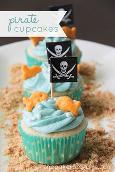 The Baker Upstairs made these lovely Mermaids and Pirates Cupcakes. Cute cupcakes as these one will be hit at every kids party. Mermaids cupcakes for little Comida Diy, Mermaid Cupcakes, Fish Cupcakes, Making Cupcakes, Cake Pops, Mermaid Birthday, Pirate Birthday Cupcakes, Birthday Ideas, Birthday Parties