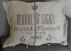 Housse de coussin en lin naturel imprimé d'une publicité ancienne  de chez Jeanne d'Arc Living en vente sur www.perledelumieres.com