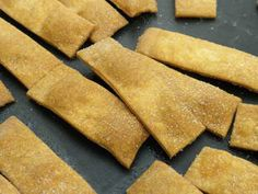 Crackers: These crisp savoury biscuits are ideal for dipping into a sauce as an aperitif snack.It is quite easy to make your own crackers at home and they are much healthier and even more delicious than the commercial kind. Make Your Own Crackers, Savoury Biscuits, Great Recipes, Healthy Snacks, Easy Meals, Food And Drink, Tasty, Commerce, Baking