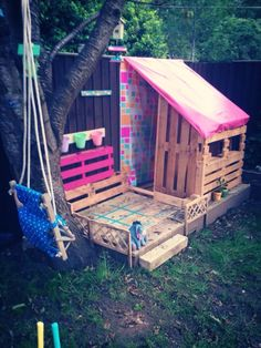 Recycled Pallets Pallet playhouse next stage complete! Pallet Fort, Pallet Playhouse, Pallet Patio, Backyard Playground, Backyard For Kids, Recycled Pallets, Wooden Pallets, Wendy House, Palette Diy