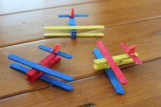 bunte Flugzeuge aus Wäscheklammern und Eisstielen basteln
