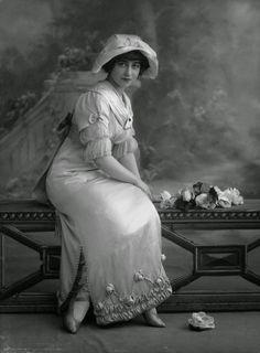 VINTAGE PHOTOGRAPHY: Yvonne Arnaud by Alexander Bassano 1912