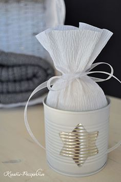 Empty cans with a little spray paint and crepe paper can quickly transform in an original gift box. - Tutorial - not only for Christmas