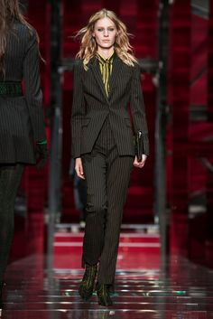 A pinstriped look from the Versace fall 2015 collection. (Photo: Nowfashion)