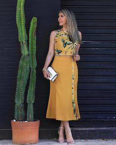 A imagem pode conter: 1 pessoa, em pé Elegant Dresses, Cute Dresses, Beautiful Dresses, Casual Dresses, Dresses Dresses, Blouse And Skirt, Dress Skirt, Modest Fashion, Fashion Dresses