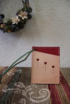 厚い革でパスケースを作りましたサイズ 10×7.5 ㎝ 両面にカードが入れられます牛革製、四ミリほどの厚くてしっかりした革を使用カードは抜かないで... ハンドメイド、手作り、手仕事品の通販・販売・購入ならCreema。