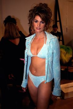 10 behind-the-scenes photos of supermodels backstage before their biggest fashion shows: Cindy Crawford backstage at Chanel 1994 Big Fashion, Daily Fashion, Fashion Models, Fashion Show, Chanel Fashion, Vintage Fashion, Fashion Trends, Cindy Crawford Bikini, Beauty