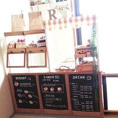 カフェ風ままごとキッチンをDIYする Kids Play Kitchen, Toy Kitchen, Cardboard Crafts, Paper Crafts, Play Grocery Store, Fruit Stall, Candy Stand, Blackboard Art, Childrens Shop