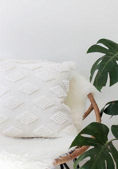DIY Coussin à pompons et motifs géométriques - DIY pompoms white pillow @almostmakesperfect / Marie Claire Idées