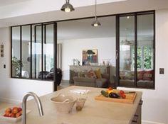 Séparation fenêtre atelier cadre noir et mur blanc, simple et beau