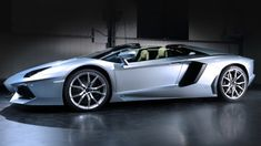 Lamborghini has unveiled the Aventador LP700-4 Roadster that features a removable roof and the same 700 horsepower 6.5-liter aspirated V12 as its coupe sibling.