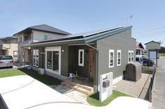 造作の折りたたみ式カウンター大好きなハワイを感じる平屋 Story House, Modern Farmhouse, Sweet Home, Exterior, House Design, Architecture, Outdoor Decor, Room, Furniture