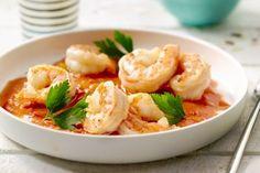 visschotel - scampi's, tomaten, ... - Roer een koffielepel paprikapoeder los met 2 koffielepels olijfolie in een warme pan. Stoof hierin de ui zacht. Blus met de een scheutje wijnazijn, en voeg de knoflook, de paprika en de tomatenblokjes toe. Doe hierbij de groentenbouillon en de tomatenpuree. Laat 1 uur sudderen op een laag vuurtje.