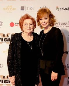 Momma Jac and Reba❤️❤️❤️ Best Country Singers, Country Music Artists, Country Music Stars, Country Concerts, Melissa Peterman, Country Music Association, Country Bands, Americana Music, Reba Mcentire
