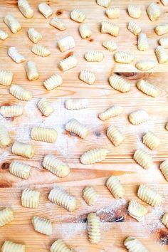La ricetta spiegata passo passo per realizzare degli gnocchi di patate perfetti. Gnocchi, Vegetables, Cooking, Food, Kitchen, Essen, Vegetable Recipes, Meals, Yemek