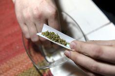 YK:ta lähellä oleva valvontaelin suosittelee aiempaa tasapainoisempaa huumepolitiikkaa. Täyskielto on pohjannut YK:n huumausaineyleissopimuksiin vuosilta 1961, 1971 ja 1988. Niillä tavoiteltiin huumeetonta maailmaa vuoteen 2008 mennessä – se jäi tunnetusti toteutumatta.