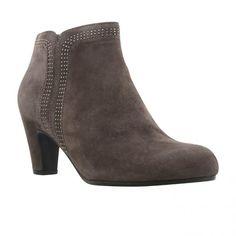 7d2dfa61091 Gabor boots AW15 · Flot kort beige ruskind støvle med nitter i siden og ved  skaft. Sort skind foer