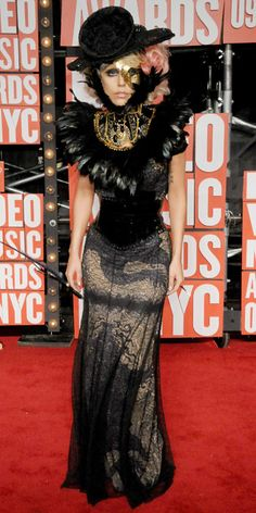 Gaga opts for an intricate feathered neckbrace by Keko Hainswheeler at the 2009 MTV Video Music Awards.