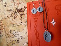 SelerkalArt: conjunto colgante y pendientes de arcilla polimérica con la runa de Gandalf.