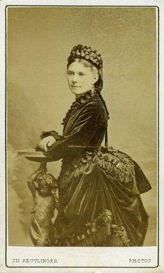 Actrice. Albumine visitekaart foto (1873) gemaakt door Charles Reutlinger. Verzameling Wilfried Vandevelde.