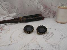 Prachtige oorbellen uit de jaren '20/'30. Te koop via www.hetvrolijkedametje.nl