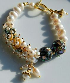 Fashion Bracelets, Jewelry Bracelets, Fashion Jewelry, Couleur Rose Pale, Beaded Jewelry, Beaded Necklace, Weird Jewelry, Shell Bracelet, How To Make Necklaces