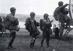 Un groupe de pathinders (éclaireurs) américains embarquent à bord d'un C-47. Ces équipes étaient composées de volontaires qui étaient surentrainés, leur mission de balisage des zones de sauts était vitale. Ils seront les premiers à se poser en Normandie derrière les lignes ennemies et ne disposaient d'à peine une heure pour retrouver les zones prévues. Paratroopers, England, june 5 1944
