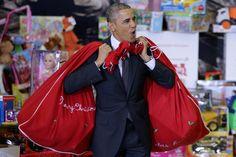 """WASZYNGTON, USA. Samo """"Ho, ho, ho. Merry Christmas!"""" i worki pełne prezentów chyba nie wystarczą, aby Obama mógł zostać Świętym Mikołajem z prawdziwego zdarzenia. Nie tylko dziecko zauważy, że brakuje mu kilku niezbędnych szczegółów, gdzie jego broda i brzuch?!"""