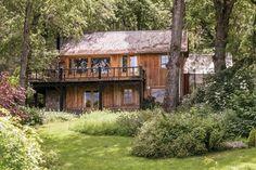 Una casa sureña con mucha madera y piedra