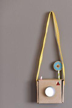"""Thrills: 15 Toys to Make from Cardboard 15 cardboard great ideas. (I'll be making cardboard """"Mayflower"""" with the kids or boat cardboard great ideas. (I'll be making cardboard """"Mayflower"""" with the kids or boat races) Cardboard Camera, Cardboard Toys, Cardboard Crafts Kids, Cardboard City, Cardboard Playhouse, Cardboard Furniture, Diy For Kids, Crafts For Kids, Ideias Diy"""