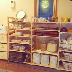 2Kの食器棚/IKEA/ダイソー/セリア/カフェ風/salut!…などについてのインテリア実例を紹介。「食器棚完成(o^^o)」(この写真は 2015-12-21 22:06:35 に共有されました) Small Apartment Kitchen, Diy Kitchen, Kitchen Interior, Kitchen Decor, Kitchen Display Cabinet, Tiny House Living, Tiny House Design, Organizing Your Home, Kitchen Organization