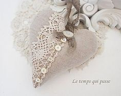coeur lin dentelle et boutons de nacre  heart in linen with lace & pearl buttons