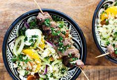 Der er mellemøstlig stemning og masser af smag i den fyldige couscous. Retten serveres med grillede kødspyd, og den kræver ingen særlige forberedelser for at komme på menuen - i aften?