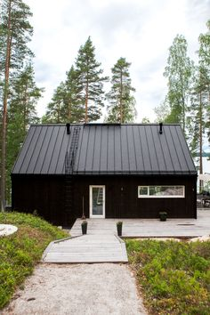 Minimalistic wooden house in Hollola, Finland. House is variation of Sunhouse Saaristolaistalo M2-house. @sunhousetalot #kesämökki #moderni #mökki Wooden Cottage, Wooden House, Cabin Homes, Log Homes, Diy Cabin, Summer Cabins, Wooden Buildings, Japanese House, Tiny House Design