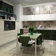 Una cucina molto moderna. Vieni a vedere le infinite soluzioni nel più grande centro cucine del sud Italia. Siamo all'ingresso di Modugno in via Roma 120.