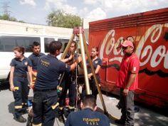 Preparatoria Técnica Médica de la UANL durante practica utilizando el tripié de Rescate Skedco.     EMS México | Equipando a los Profesionales