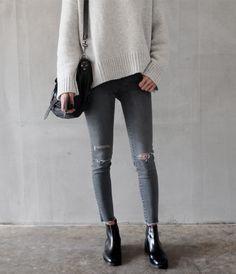 Look simple et efficace : jean déchiré, boots et gros pull