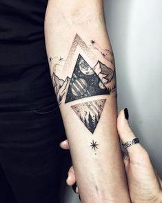 un tatouage geometrique représentant la terre et le cosmos dans deux triangles opposés #beautytatoos