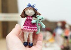 Gehäkelte Puppe. Sammler Puppe. Miniatur-häkeln-Puppe und Teddy Bear. Gehäkelte Puppe Kunst. Sommer-Geschenk. Baumschule Puppe. Kirsche, Minze, braun.