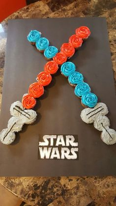 Star wars light saber cupcake cake - Star Wars Cake - Ideas of Star Wars Cake - Star wars light saber cupcake cake Star Wars Birthday Cake, Birthday Cupcakes, Boys Birthday Cakes Easy, Star Wars Wedding Cake, Star Wars Baby, Star Wars Kids, Star Wars Essen, Kinder Party Snacks, Star Wars Food