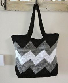 Just pick your crochet sticks and some colorful yarns to make some of these 30 easy DIY crochet tote bag patterns.Ravelry: Black and White Chevron Tote (Small) - knitThis oblong oval-bottomed tote bag features ombre chevron stripes that start at the Mode Crochet, Bag Crochet, Crochet Shell Stitch, Crochet Handbags, Crochet Purses, Crochet Crafts, Easy Crochet Projects, Crochet Granny, Chevrons Au Crochet