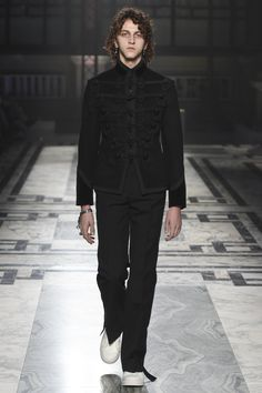 Alexander McQueen Menswear F / W 2016 London | GRAVERAVENS
