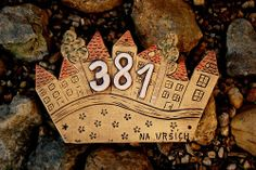 V The Beach, Driftwood & Clay Projects, Projects To Try, Ceramic House Numbers, Living Room Wall Units, House Plaques, Ceramic Houses, Elementary Art, Ceramic Pottery, Garden Art