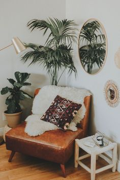 3 Ways to Style an Awkward Corner of Your Apartment Living Room Decoration living room corner decor Cute Dorm Rooms, Cool Rooms, Living Room Corner Decor, Decor Room, Room Corner Decoration, Small Corner Decor, Corner Decorating, Bedroom Corner, Wall Decor