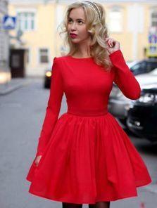 Яркое красное платье на длинный рукав с пышной юбкой